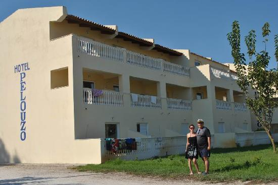 Pelouzo Hotel: Hotel, from the road to the beach