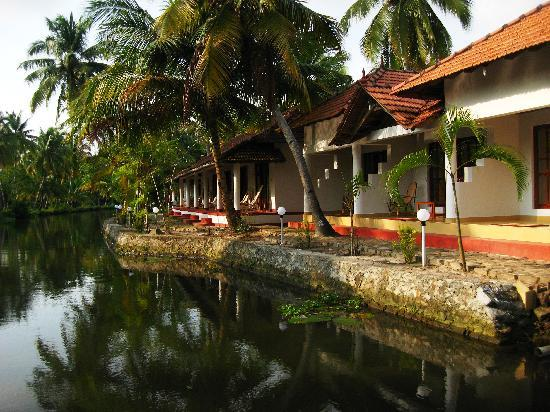 Coir Village Lake Resort: Outside view of cottages