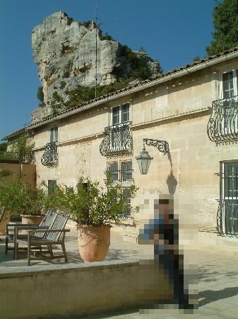 Baumanière les Baux de Provence : テラス、部屋はこのテラス沿いでしたが、部屋からだと3Fの方が眺めがよさそうですね。