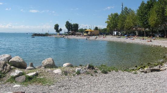 Toscolano-Maderno, Italien: spiaggia vicina all'hotel