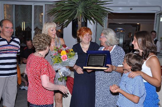 Hotel Giovanella: premiazione nostra cliente da 50 anni ininterrotti