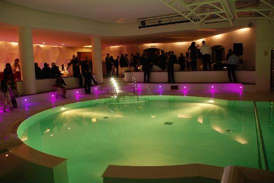El Faro Hotel: pool party