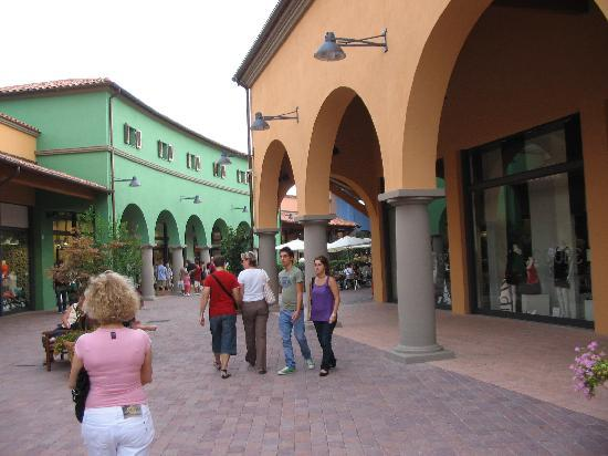 https://media-cdn.tripadvisor.com/media/photo-s/01/fa/b6/bf/val-di-chiana-outlet.jpg
