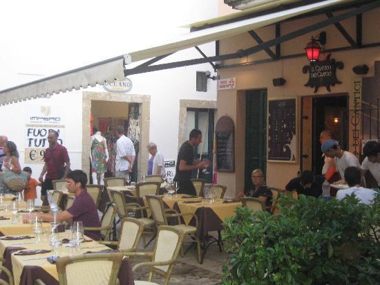 Il Cantico dei Cantici : in het midden de vriendelijke en gastvrije eigenaresse met de sympathieke ober