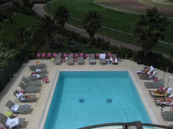 Golden Tulip Villa Massalia : la piscine ets jolie, mais trop petite, et pas assez de transats!