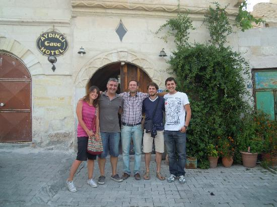 Aydinli Cave House Hotel: Con la famiglia dei proprietari al momento della partenza