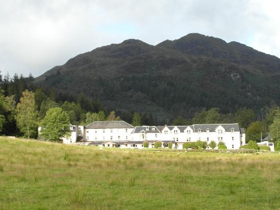 Loch Achray Hotel: The hotel and mountain