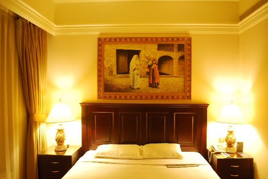 Al Sondos Suites: Bedroom