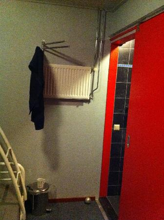 Alkmaarse Bed and Breakfast: Clothes Storage & Heater