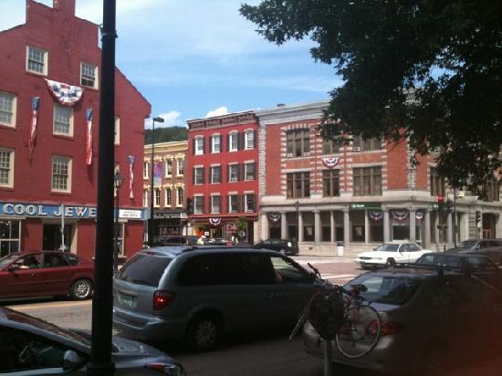 كابيتول بلازا هوتل آند كونفرانس سنتر: Steps to downtown.