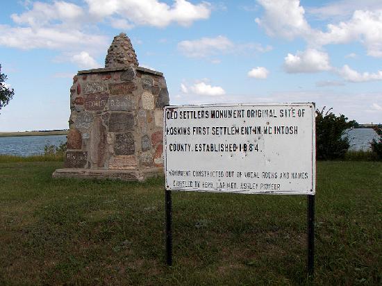 Lake Hoskins: Hoskins Old Settlers Monument