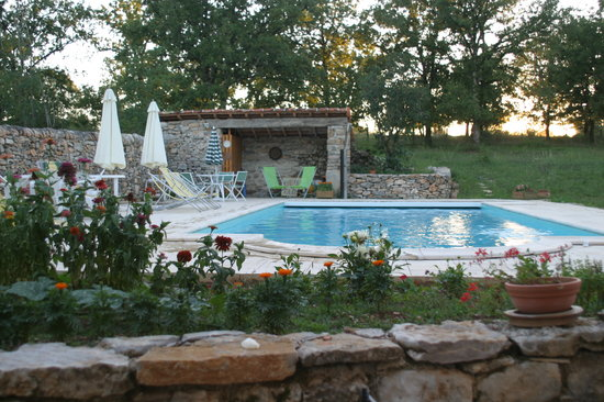 La Grange de Rocamadour : vue sur piscine au couchant