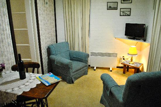 Lester Cottages: The small living room. NIce enough for 2 people.