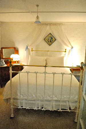 Lester Cottages: The very cosy bedroom.