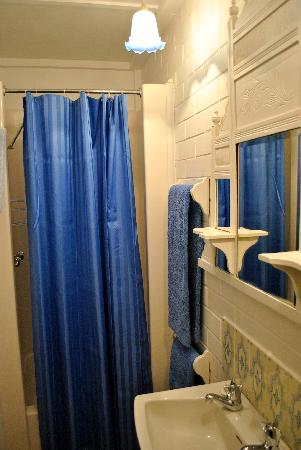 Lester Cottages: Ensuite comes with a shower (no bath).