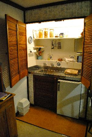 Lester Cottages: Small kitchenette with all you need!