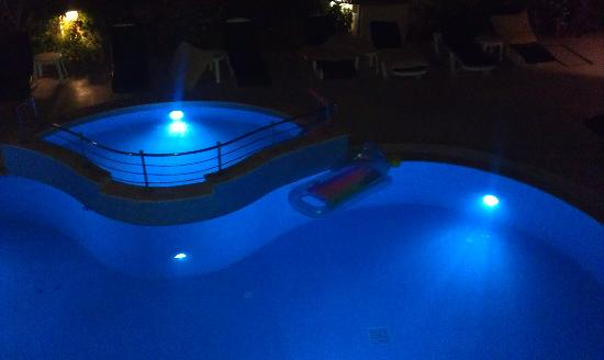 Bitez, Turquía: Pool area at night from room 9