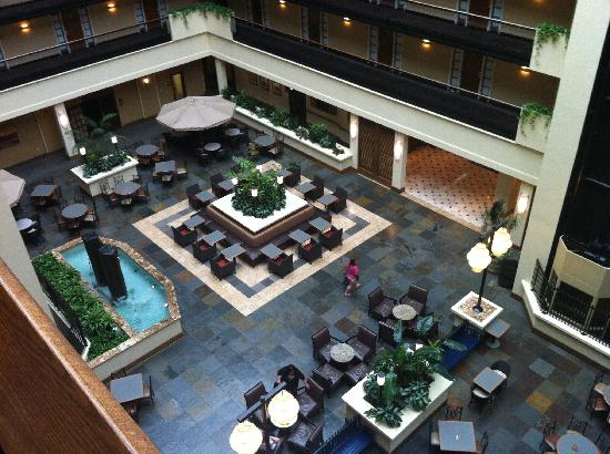 Embassy Suites by Hilton Columbus: Lobby