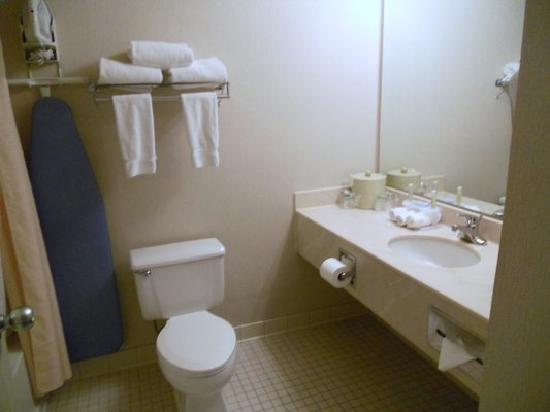 Holiday Inn Express Roseburg: Bathrooms are dated but very clean