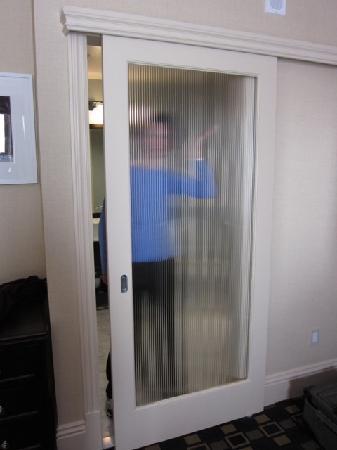 Hotel Shattuck Plaza: Translucent bathroom door provides only marginal privacy