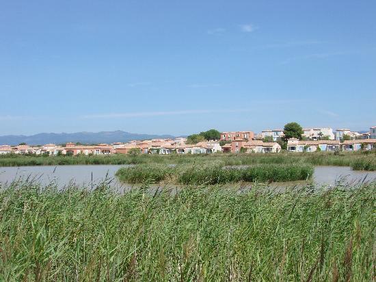 Port Minervois : la résidence vu depuis l'étang