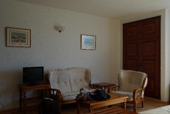Hotel Sarga: habitación - zona descanso y armarios