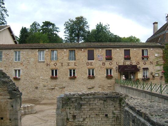 Hotel de Bourgogne : l'hôtel/restaurant est juste à côté de l'abbaye