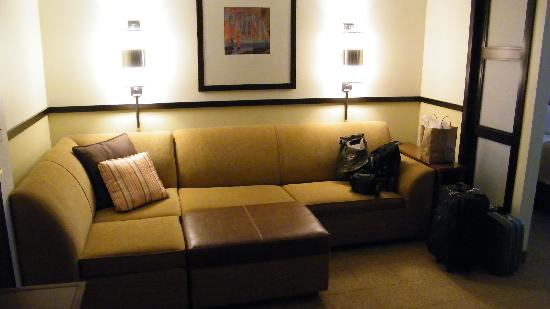Hyatt Place Tucson Airport: front room sofa