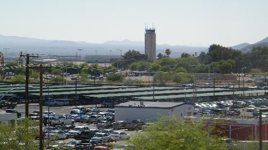 Hyatt Place Tucson Airport: view to the tucson airport