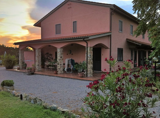 Manciano, Italia: Facciata dell'agriturismo la luna e il sole
