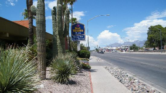 Best Western Royal Sun Inn & Suites: from the street