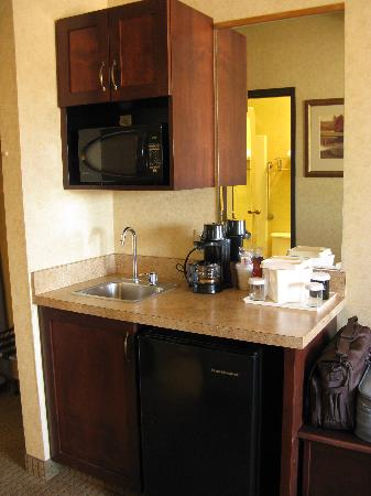 Quality Inn Valley Suites: Spokane Valley Quality Inn -- wet bar in king room