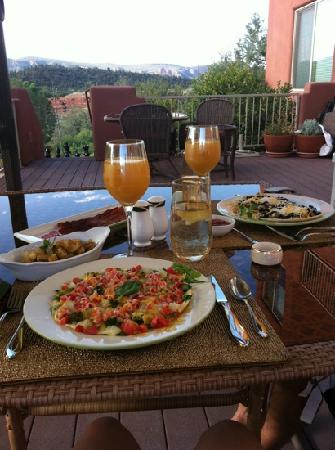 Sedona Cathedral Hideaway: Breakfast on the deck. Look at the beautiful view...