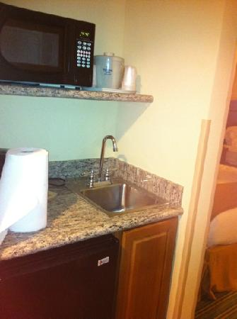 Holiday Inn Express Rehoboth Beach: Microwave & Fridge in the room, convenient!!