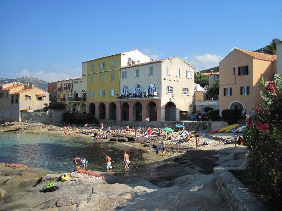 Hotel de la Plage Santa Vittoria: The yellow house is the hotel