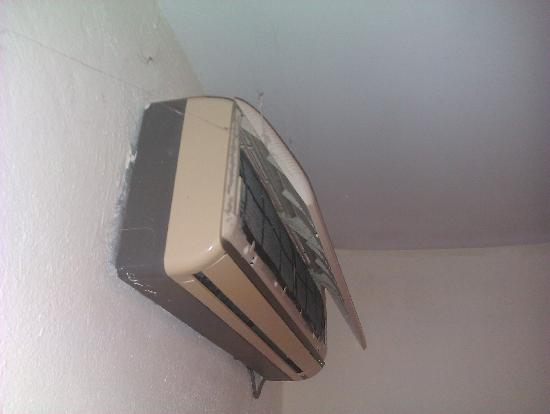 Aristoteles Beach Hotel: air conditioner in our first room /with a spider
