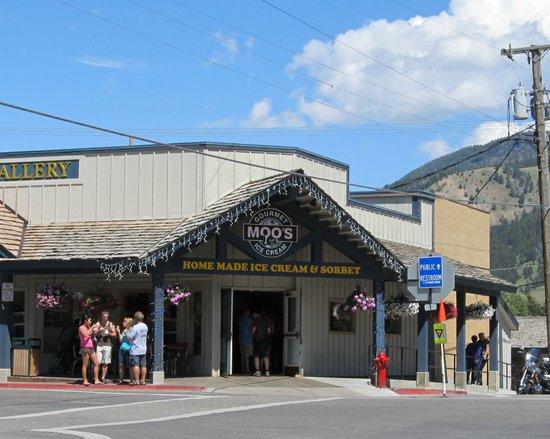 Moo's Gourmet Ice Cream: Moo's is on a corner facing the Town Square.