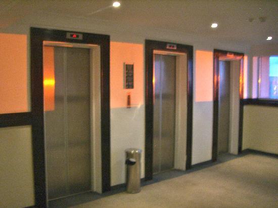 Quality Suites Alphaville: three elevators - worked quite good