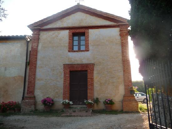B&B La Canonica di San Michele: Entrée, vue sur l'église San Michele Archangelo du XIIème siècle, parking privatif à droite