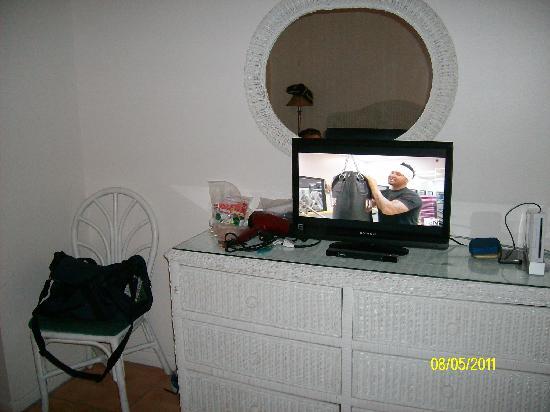 Sunrise Motel: Dresser & Tv in Bedroom Area