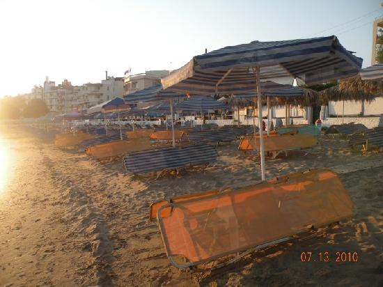 Danaos Hotel: The beach in front of the hotel, early morning