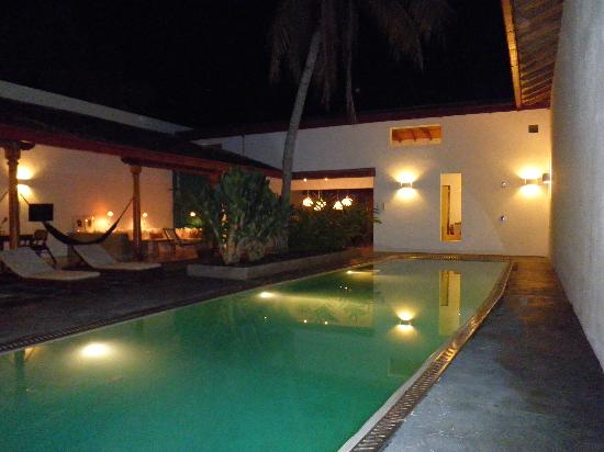 Los Patios Hotel : Pool at night