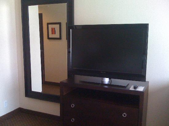 Holiday Inn Dallas DFW Airport - South: tv and mirror