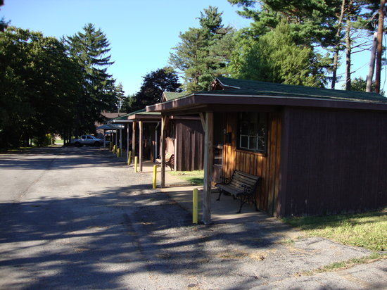 Twin Pines Motel: Individual cottage-like rooms.