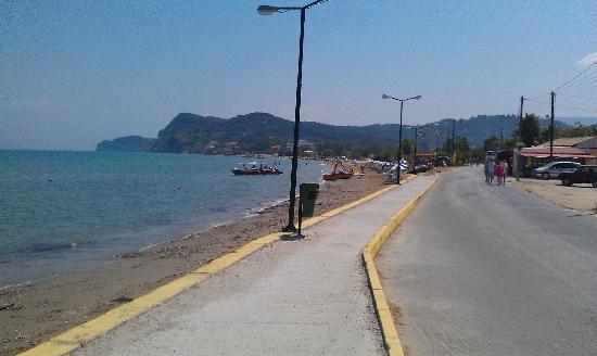 Sidari, Grèce : looking along the beach road