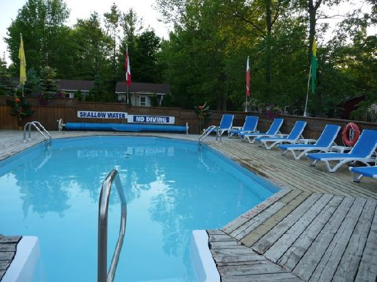 Mermaid Motel & Cottage Court: Swimming pool