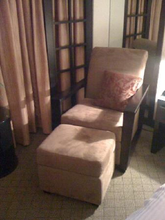 Miyako Hotel Los Angeles: The comfy chair next to the bed