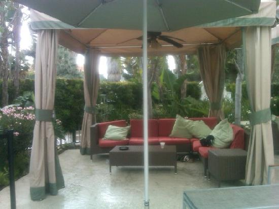 Warner Center Marriott Woodland Hills: Cabana along poolside...