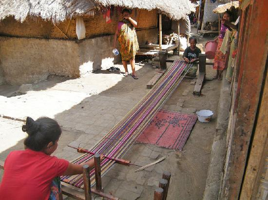 Mimpi Manis Homestay: Weaving in the nearby village of Sade