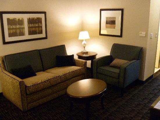 Hilton Garden Inn Jonesboro: Suite seating/working area